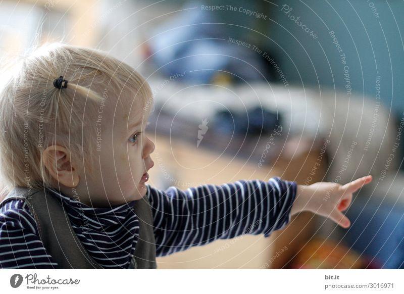 Verloren l dort drüben liegt es. Mensch feminin Kind Mädchen Kindheit Finger beobachten Blick Glück Fröhlichkeit Zufriedenheit Lebensfreude zeigen deuten