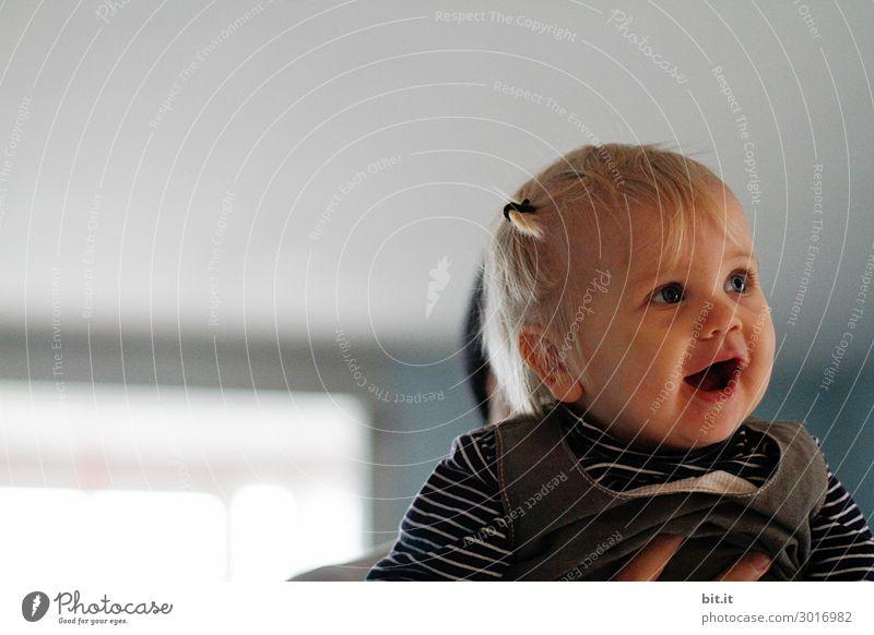 Staunen Mensch feminin Kleinkind Mädchen Blick sprechen staunen anschauend Porträt Profil Halbprofil Blick nach vorn Wegsehen Kindheit Oberkörper 1 1-3 Jahre
