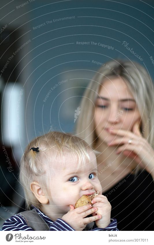 Mutter mit essendem Kleinkind. Gesunde Ernährung Wohlgefühl Häusliches Leben feminin Kind Mädchen Frau Erwachsene Eltern Familie & Verwandtschaft Kindheit Essen