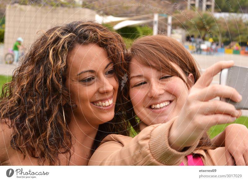 Zwei fröhliche, fröhliche Mädchen, die ein Selfie auf der Straße machen. Junge Frau Freude Freundlichkeit heiter Glück lustig Fotografie Lächeln Mobile City