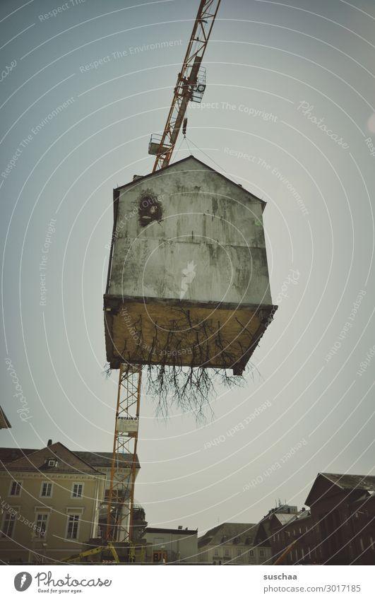 luftig | haus in der luft Haus Kran Höhe Stadt Surrealismus Gebäude Schweben hoch ausgerissen Wurzeln Demontage Transport außergewöhnlich