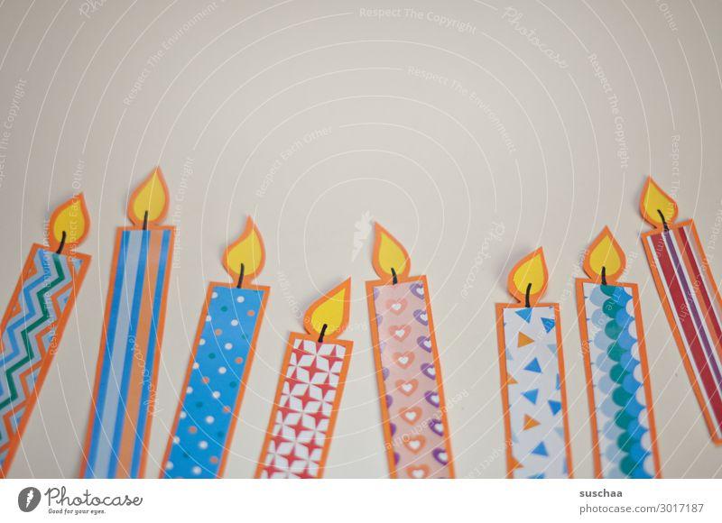 kerzen Kerze Papier Basteln mehrfarbig Muster Flamme Feuer Geburtstag Geburtstagskerzen einfach 8 Hintergrund neutral Textfreiraum oben Gruß Postkarte Flatlay