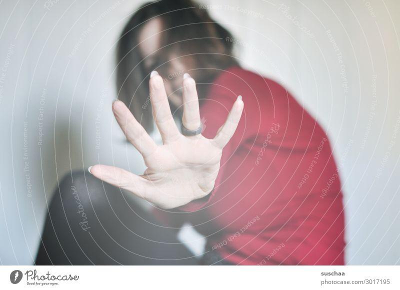 abstand Frau hocken einsam Hand ausgestreckt Arm Halt Stop Ring Finger Innenaufnahme Erwachsene Junge Frau Abstand Abstand halten Infektionsgefahr Coronavirus