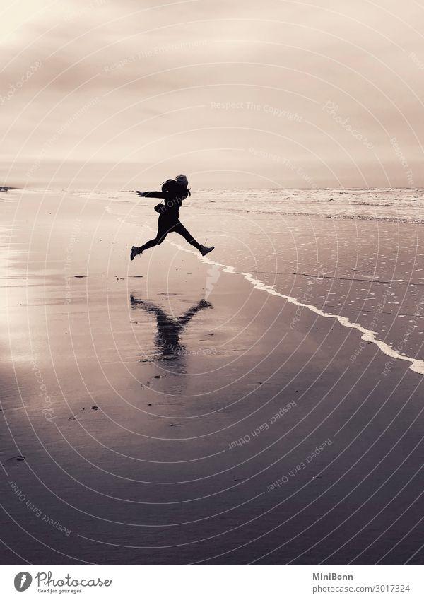 Sprung Mensch Ferien & Urlaub & Reisen Jugendliche Junge Frau Wasser Meer Wolken Freude Winter Strand Leben feminin Glück rosa Sand Zufriedenheit