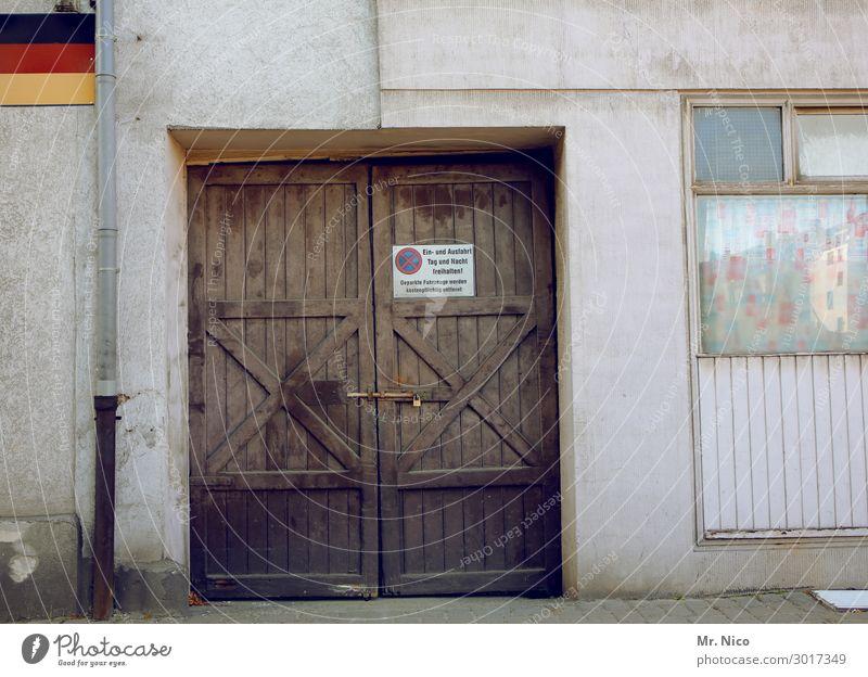 Neulich in Hengasch Dorf Haus Gebäude Architektur Mauer Wand Fassade Fenster Tür alt Holztor Fahne Deutsche Flagge Heimat selbstbewußt Politik & Staat Stolz