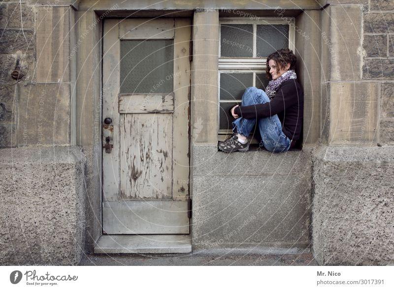 fensterln feminin Frau Erwachsene 1 Mensch sitzen warten Tür Fenster Fensterbrett Fensterblick Gefühle Traurigkeit träumen Fassade Gebäude Holztür Sehnsucht