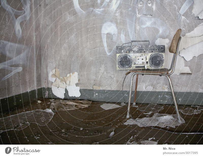 Tapetenwechsel Freizeit & Hobby heimwerken Häusliches Leben Wohnung Renovieren Umzug (Wohnungswechsel) Stuhl Raum Musik hören Radio Arbeit & Erwerbstätigkeit