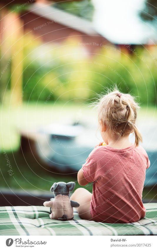 kleine Auszeit Kind Mensch Sommer ruhig Freude Mädchen Lifestyle Leben sprechen lustig feminin Garten Spielen Haare & Frisuren Freundschaft