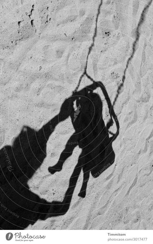 luftig | mit viel Schwung Kleinkind Mutter Erwachsene Arme Beine 2 Mensch Sand schaukeln ästhetisch grau schwarz Gefühle Freude Lebensfreude Bewegung