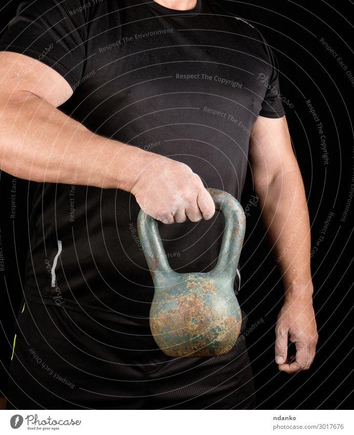 starker Athlet in schwarzer Kleidung mit eiserner Kugelglocke Lifestyle Sport Mensch Mann Erwachsene Arme Hand Finger 1 30-45 Jahre Fitness stehen sportlich
