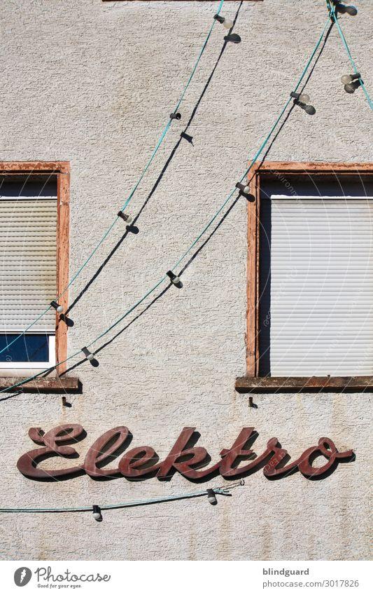 RetroElektro alt Haus Fenster schwarz Architektur Wand Gebäude Mauer Stein braun Fassade grau Arbeit & Erwerbstätigkeit Metall retro Schriftzeichen