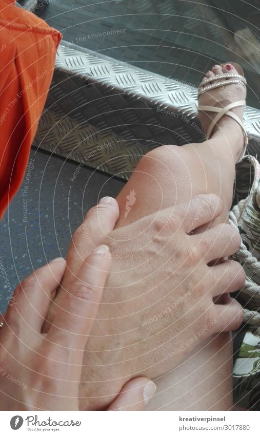 Hand geflüster Frau Mensch Mann Sommer Beine Erwachsene Liebe Glück Fuß sitzen Haut genießen Finger berühren harmonisch