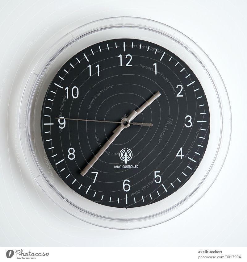 Wanduhr Funkuhr Uhr schwarz Frist Symbole & Metaphern Pünktlichkeit Zeit Zifferblatt küchenuhr funkuhr analog Farbfoto Gedeckte Farben Innenaufnahme Nahaufnahme