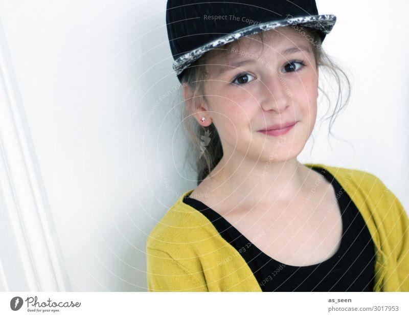 . Mädchen Kindheit Jugendliche Gesicht 1 Mensch 8-13 Jahre Mode Bekleidung Jacke Accessoire Baseballmütze brünett langhaarig Blick authentisch Freundlichkeit