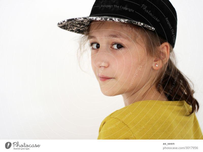 . Mädchen Kindheit Jugendliche 1 Mensch 8-13 Jahre Jacke Accessoire Baseballmütze Blick authentisch schön einzigartig natürlich Neugier positiv rebellisch gelb