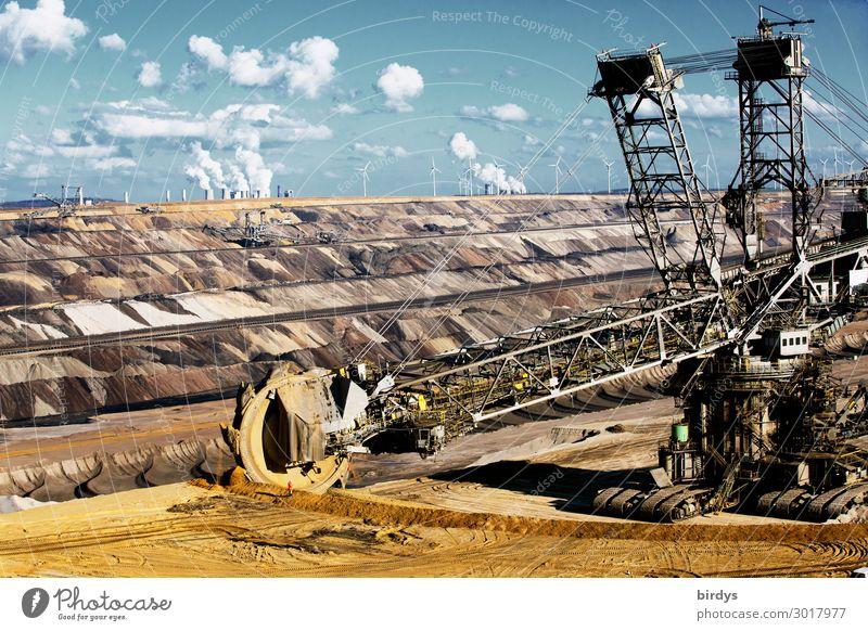 Schaufelradbagger im Braunkohlentagebau Garzweiler 2, im Hintergrund Braunkohlekraftwerke CO2 Energiewirtschaft Windkraftanlage Kohlekraftwerk Braunkohlenbagger