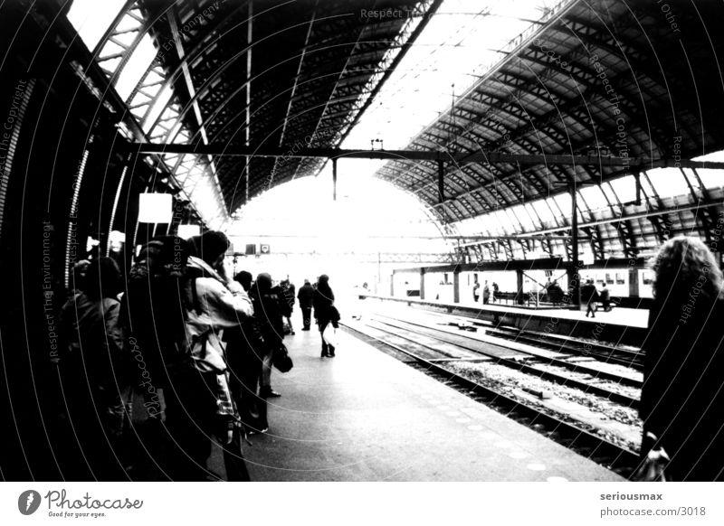 Station Amsterdam Gleise Passagier schwarz weiß Eisenbahn Koffer Bahnhof Ferien & Urlaub & Reisen