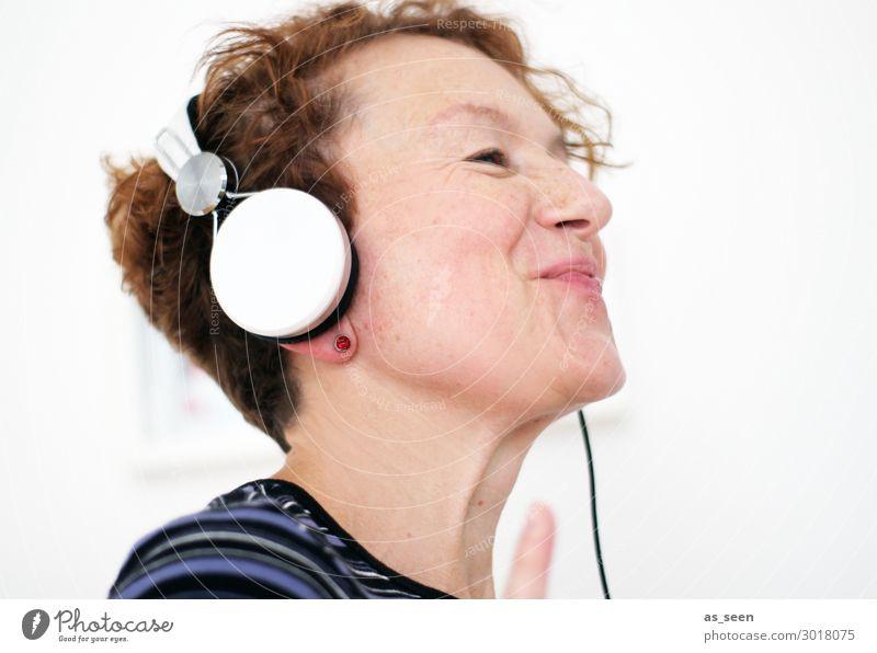 Musik Freude Zufriedenheit Freizeit & Hobby Party Tanzen Feste & Feiern Kopfhörer Unterhaltungselektronik Frau Erwachsene Leben 30-45 Jahre Kultur Subkultur