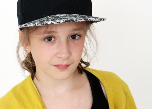 . Kindererziehung Schule Schüler Mädchen Kindheit Jugendliche 8-13 Jahre Mütze Baseballmütze brünett Blick authentisch Freundlichkeit rebellisch gelb schwarz