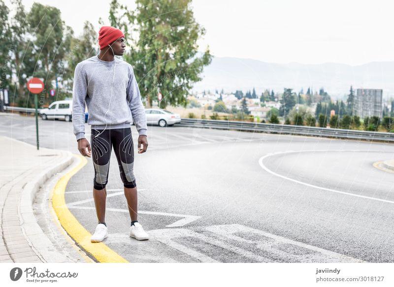 Schwarzer Mann rennt nach oben im Freien im urbanen Hintergrund. Lifestyle Körper Winter Sport Joggen Mensch maskulin Junger Mann Jugendliche Erwachsene 1