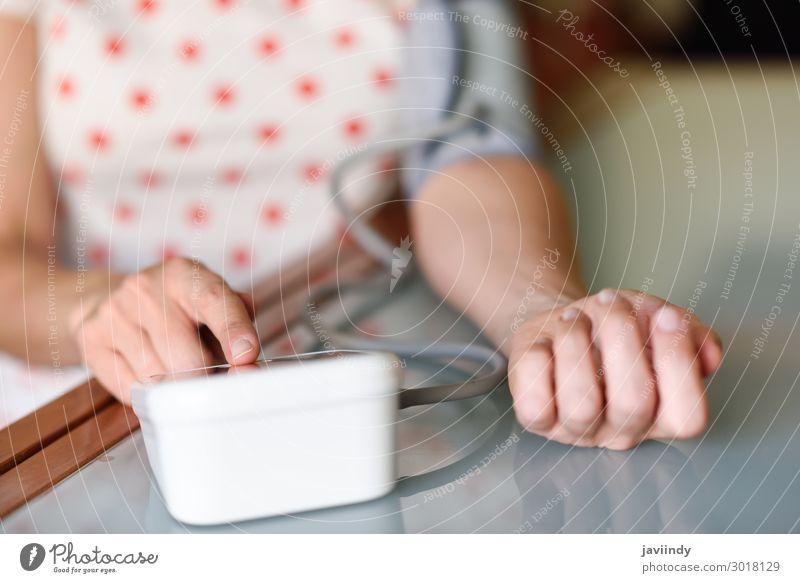 Frau Mensch alt weiß Hand Erwachsene feminin Gesundheitswesen 45-60 Jahre sitzen Herz Arme Krankheit Medikament Stress heimwärts