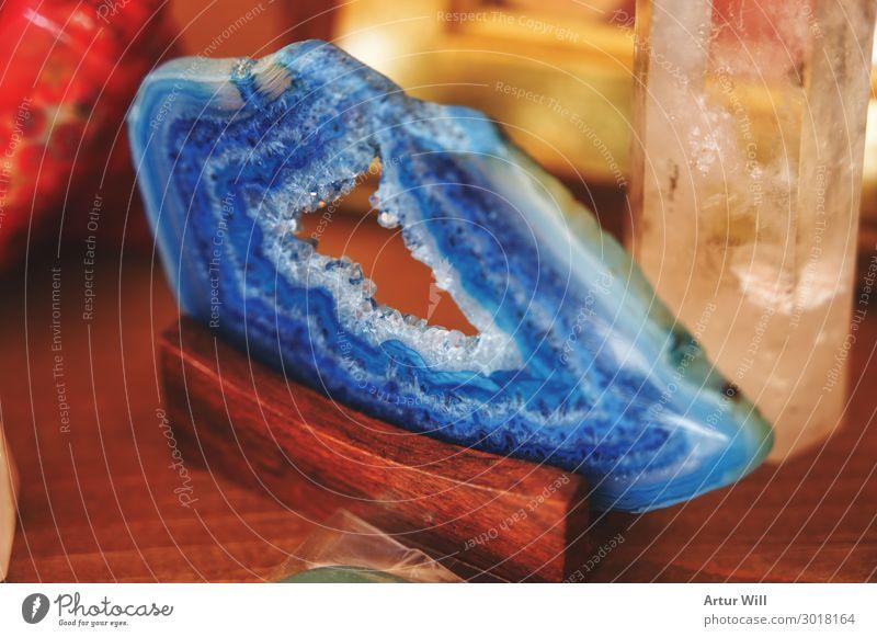 Blaue Achatscheibe Lifestyle kaufen Stil Design Holz Kristalle glänzend blau Freude schön Mineralien Scheibe Farbfoto Innenaufnahme Nahaufnahme Detailaufnahme