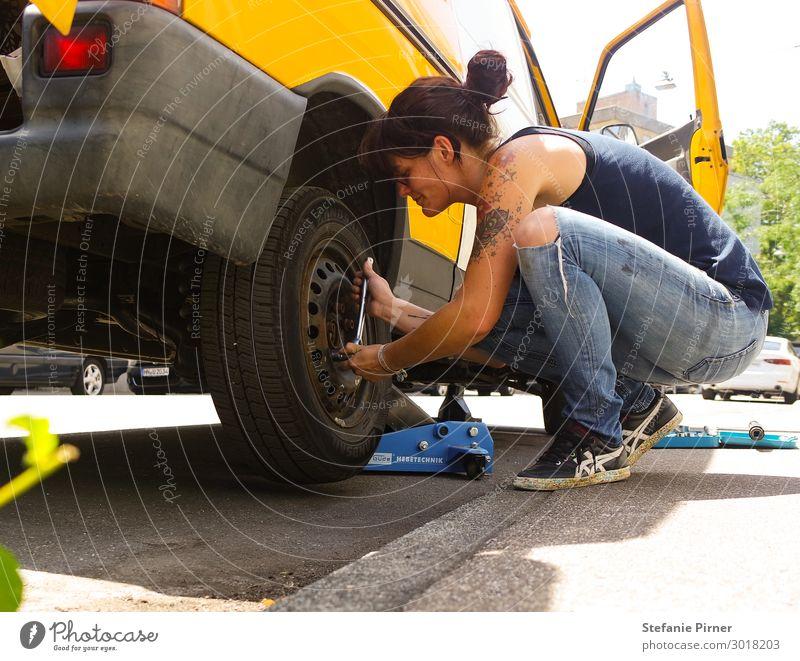 DIY Van Repair feminin Junge Frau Jugendliche Erwachsene Leben 1 Mensch 30-45 Jahre Verkehrsmittel Straßenverkehr Autofahren Busfahren Wohnmobil
