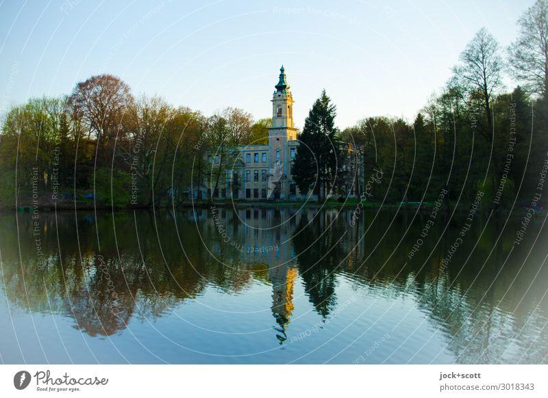 Schloss am See Wolkenloser Himmel Frühling Schönes Wetter Baum Seeufer Burg oder Schloss Gebäude historisch natürlich Stimmung ruhig Idylle Inspiration