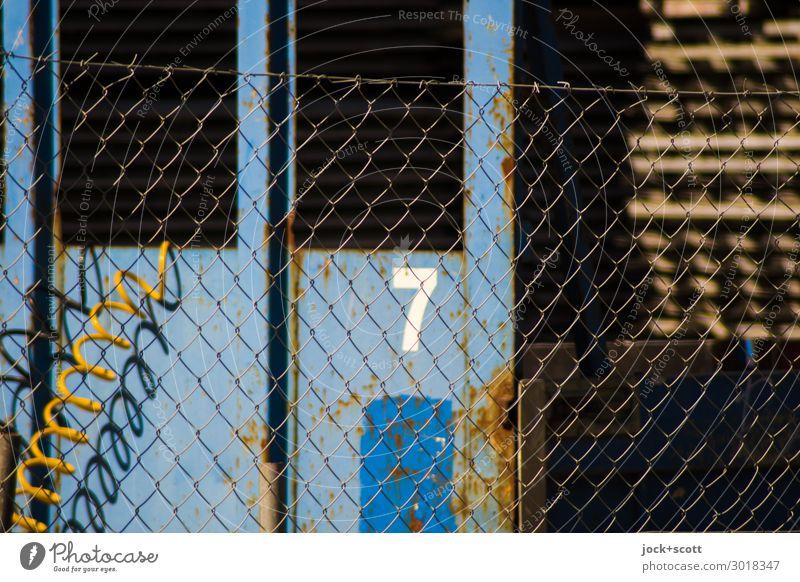 Eine Sieben Arbeitsplatz Industrie Feierabend Marzahn Maschendrahtzaun 7 Schlauch Metall Netzwerk eckig trashig Wärme blau Stimmung Verantwortung Nervosität