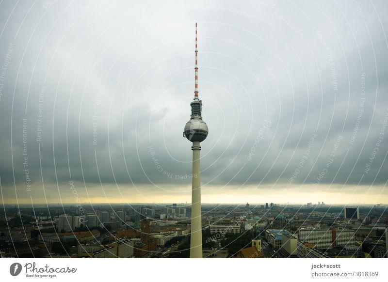 Licht am Horizont Himmel Alexanderplatz Berlin-Mitte Stadtzentrum Sehenswürdigkeit Wahrzeichen Berliner Fernsehturm Bekanntheit Wetterumschwung Lichtstreifen