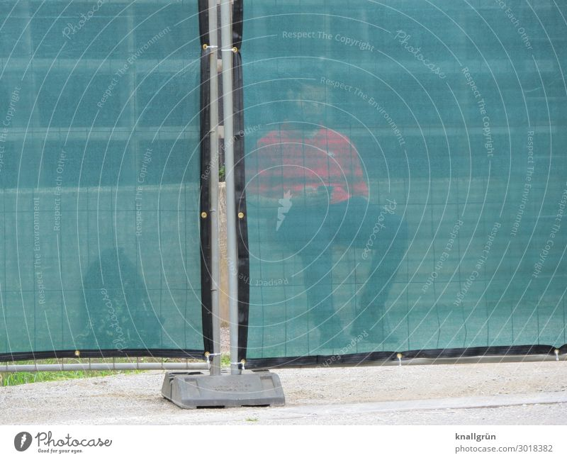 Security Mensch maskulin Junger Mann Jugendliche 1 18-30 Jahre Erwachsene Mauer Wand Sichtschutz sitzen warten grau grün rot Sicherheit Schutz Sicherheitsdienst