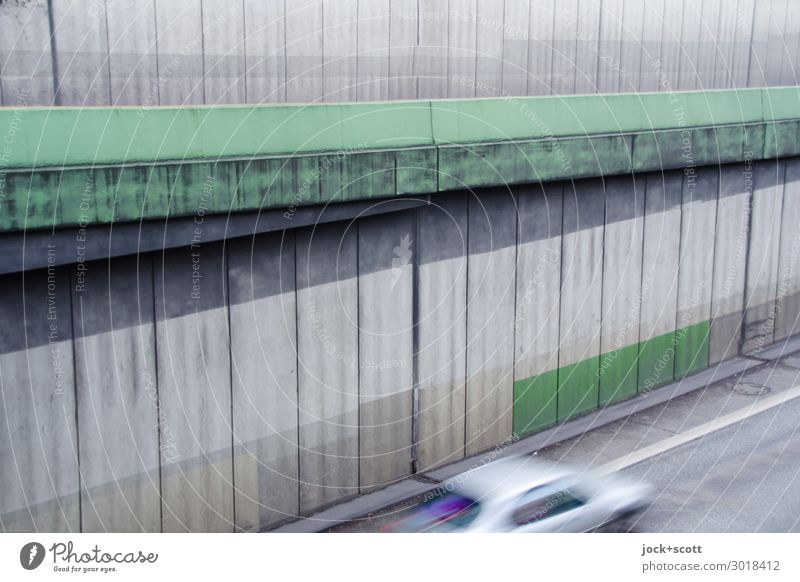 Anfahrt auf die Stadtautobahn Bauwerk Betonwand Straßenverkehr PKW Geschwindigkeit trist grau Stimmung Mobilität Zahn der Zeit Autofahren verwittert utopisch