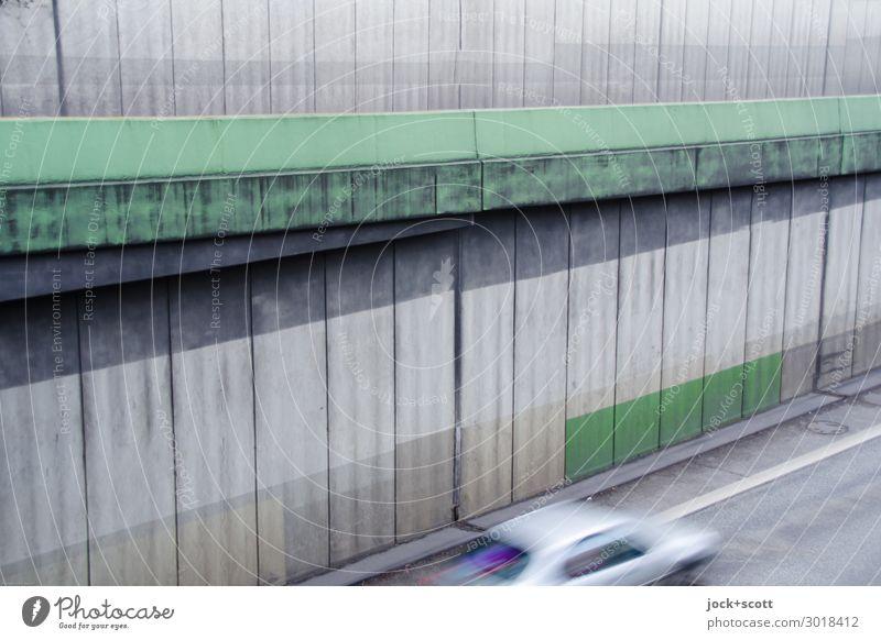Anfahrt Bauwerk Stadtautobahn Betonwand Straßenverkehr Zufahrtsstraße PKW Linie Fuge eckig Geschwindigkeit trist grau grün Stimmung Kraft zurückhalten Farbe