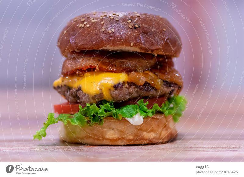 Blick auf einen Rindfleischburger mit Cheddarkäse und Speck Lebensmittel Fleisch Käse Brot Brötchen Essen Mittagessen Abendessen Diät Fastfood Restaurant lecker
