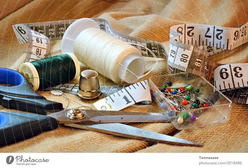 Nahaufnahme des Nähsetes Nähen Bausatz Material Schere Nähnadel Fingerhut Musikkassette messen Messvorrichtung Schneider Stecknadel Kleid Design Herstellerin