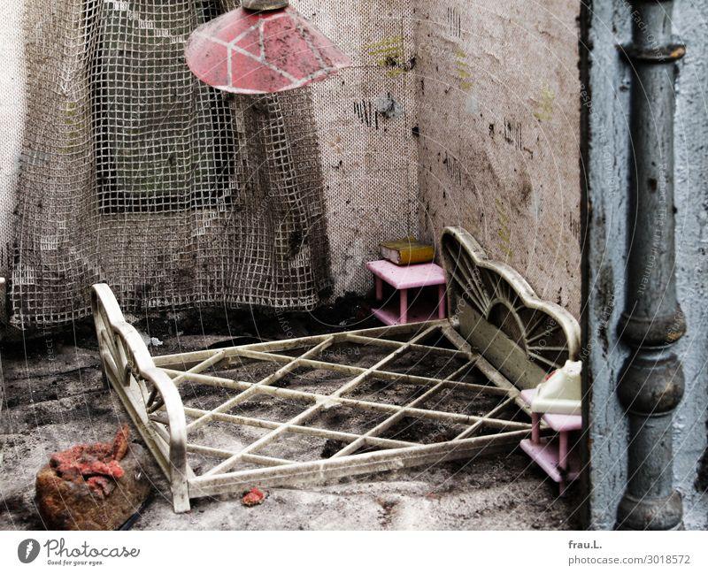 Schlafzimmer Kinderspiel Häusliches Leben Wohnung Traumhaus Innenarchitektur Möbel Lampe Bett Tapete Spielzeug alt dreckig Ekel rosa rot weiß Trauer Erinnerung