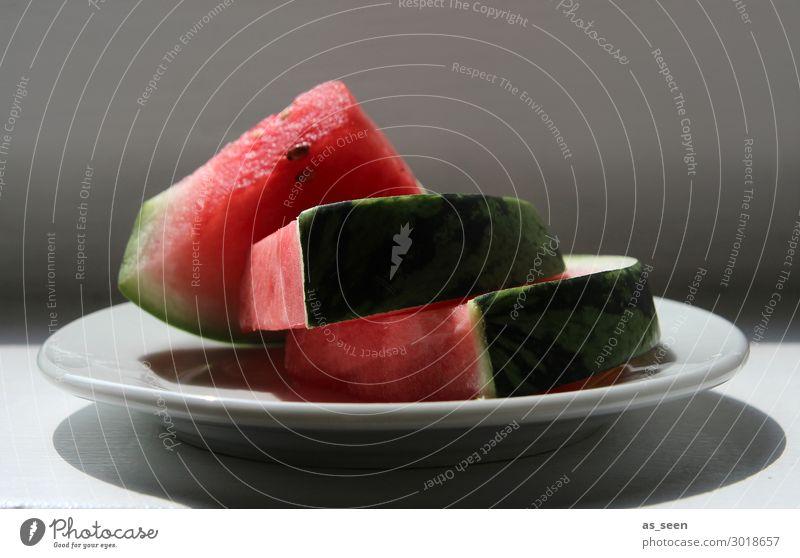 Melonenschnitten auf Teller Frucht Wassermelone Melonenschiffchen Ernährung Essen Frühstück Mittagessen Abendessen Büffet Brunch Vegetarische Ernährung Fasten