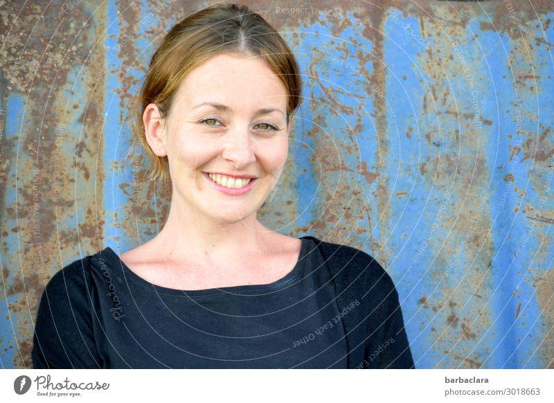 Mit Schirm, Charme und Melone | mit Charme Frau Erwachsene 1 Mensch Mauer Wand Fassade Metall Rost Lächeln lachen Fröhlichkeit blau Gefühle Freude Lebensfreude