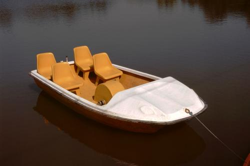 Touristenboot Stuhl Handwerk Verkehr Fähre Wasserfahrzeug ästhetisch gelb weiß Reisender Ausflügler Besucher leer unbesetzt ungefüllt verankert befestigt