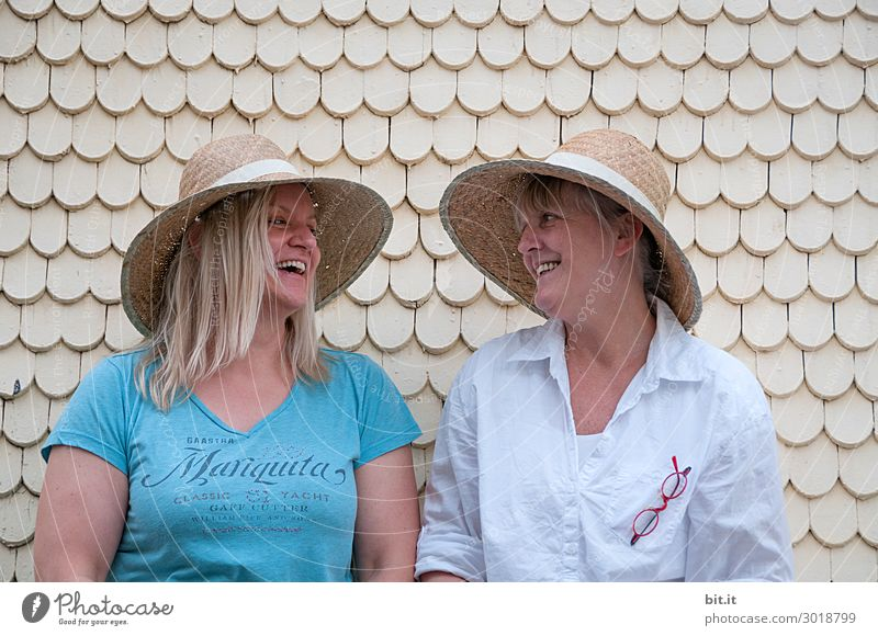 Blondes Glück Ferien & Urlaub & Reisen Sommer Freude Strand sprechen Wand lachen Tourismus Mauer Zusammensein Fassade Freundschaft Ausflug Freizeit & Hobby