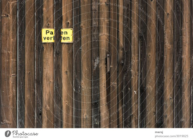 Pa en verl ten Mauer Wand Tür Holztor Tor Hinweisschild Warnschild Parkverbot alt außergewöhnlich Verbote verwittert Patina Farbfoto mehrfarbig Außenaufnahme