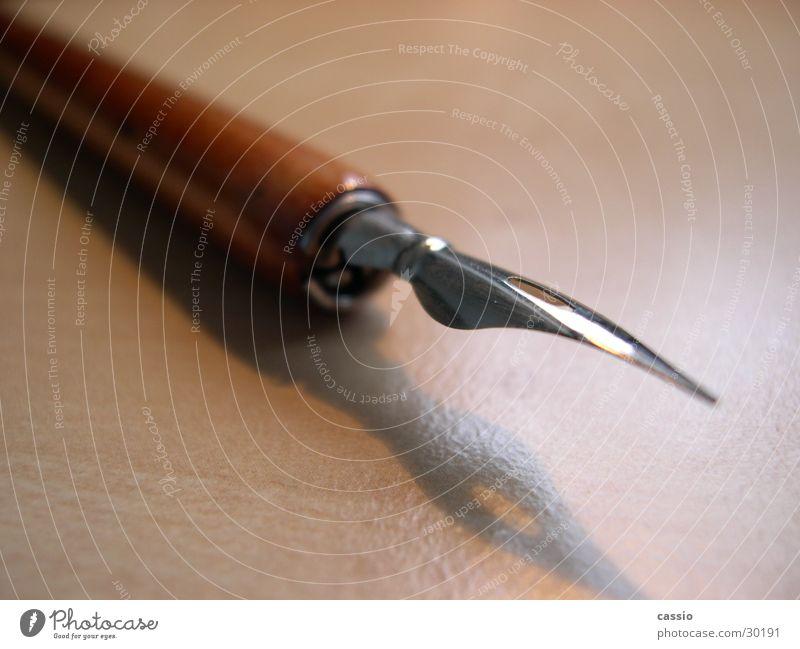 Die Feder. Holz Kunst schreiben streichen Dinge zeichnen Tinte Füllfederhalter