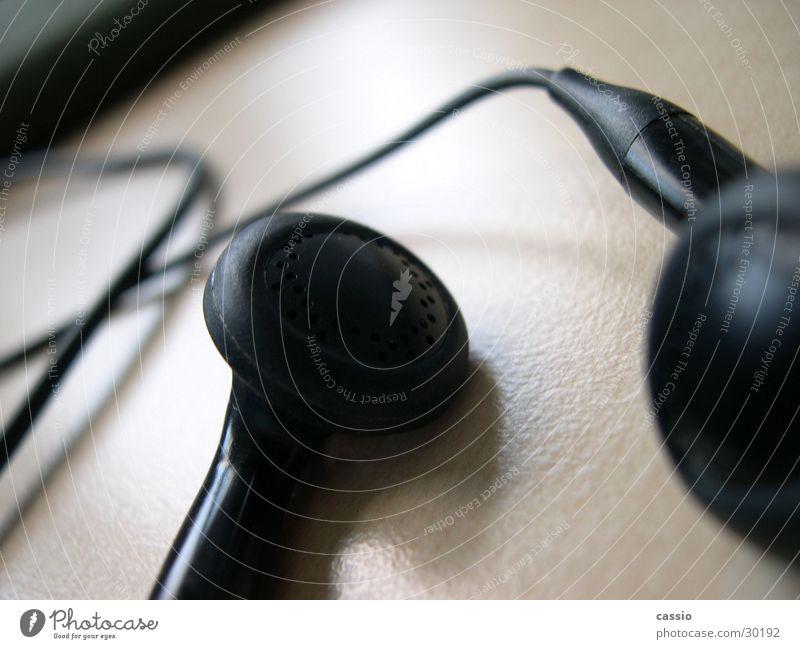 Ohrstöpsel. Kopfhörer Headset schwarz Tisch Lautsprecher hören Entertainment Musik Kabel