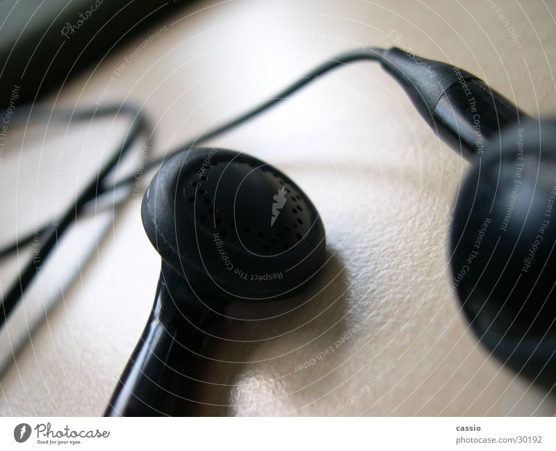 Ohrstöpsel. schwarz Musik Tisch Kabel hören Lautsprecher Kopfhörer Entertainment Headset