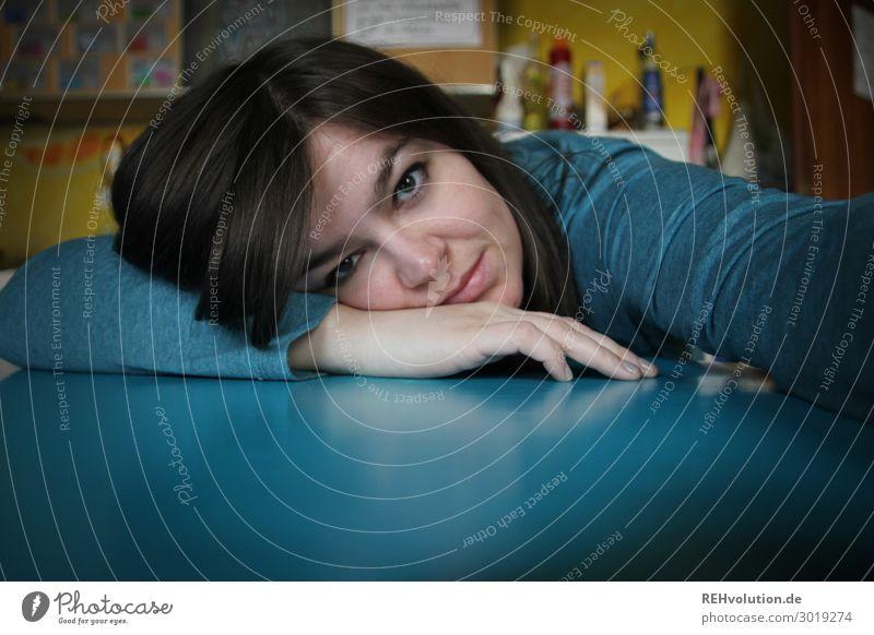 Junge Frau macht Selfie in der Küche Häusliches Leben Wohnung Tisch Berufsausbildung Student Mensch feminin Jugendliche Erwachsene Gesicht Hand 1 18-30 Jahre