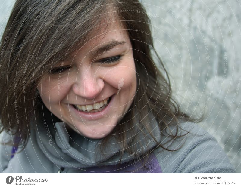 Junge Frau lacht Lifestyle Mensch feminin Jugendliche Erwachsene Gesicht 1 18-30 Jahre 30-45 Jahre brünett langhaarig Beton Lächeln lachen authentisch