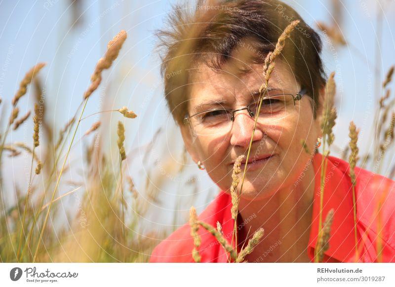 Seniorin in der Natur Blick in die Kamera Vorderansicht Oberkörper Porträt Zentralperspektive Schwache Tiefenschärfe Unschärfe Tag Textfreiraum links