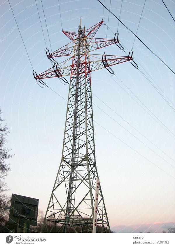 Stromkoloss. Industrie Energiewirtschaft Elektrizität Stahl Strommast Leitung Bahnübergang