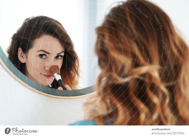 junge Frau pudert Nase im Spiegel Lifestyle schön Haut Gesicht Kosmetik Schminke Häusliches Leben Bad Mensch feminin Junge Frau Jugendliche Erwachsene 1