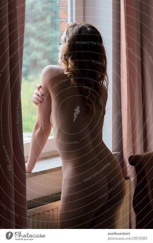 nackte Frau schaut aus dem Fenster Lifestyle Häusliches Leben Wohnung Schlafzimmer Mensch feminin Junge Frau Jugendliche Erwachsene 1 18-30 Jahre brünett